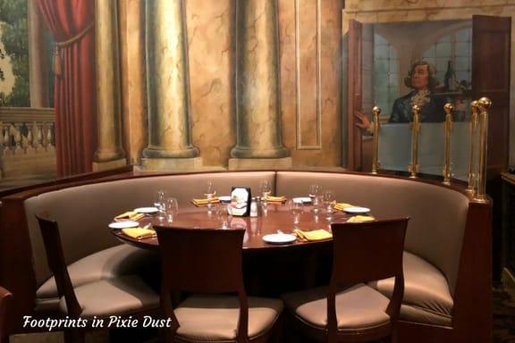 Tutto Italia Ristorante booth seating ~ Photo credit: Tina M. Brown